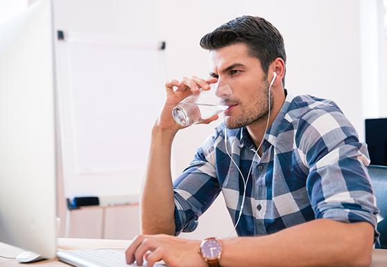 מים בזמן העבודה: הרגל מומלץ